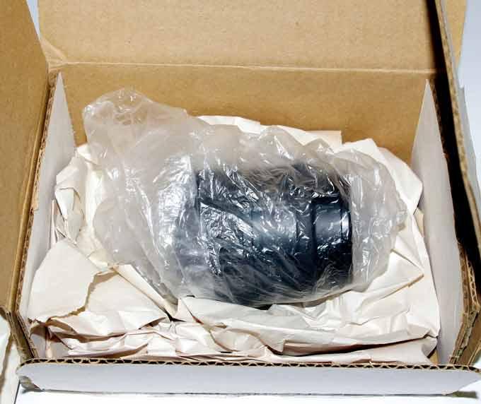 Объектив упакован в полиэтиленовый пакет и мнократно обложен бумагой