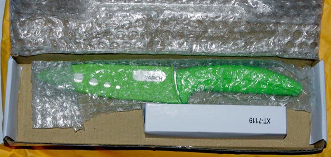 Коробка с кермическим ножом и маленькая коробочка с фонариком