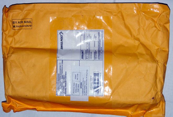 Мелкий пакет из Гонг Конга - с керамическим ножом и фонариком