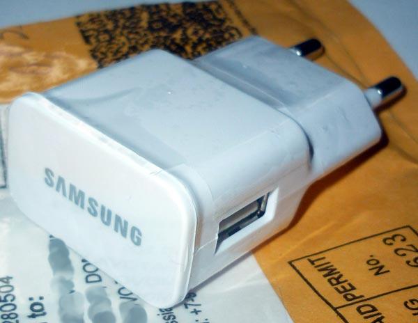 Разъём блока питания и логотип Samsung
