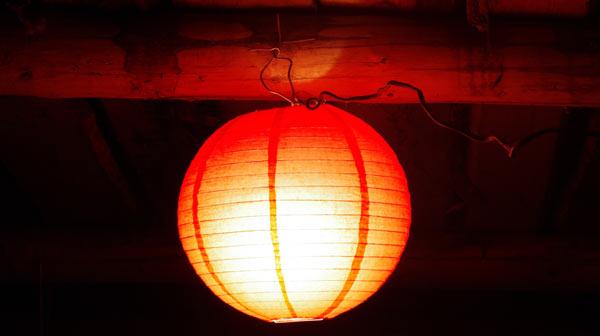 Для примера подвесил фонарик с лампой на потолок гаража