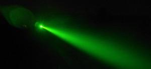 Луч лазерной указки под углом 10-15 градусов к оси объектива