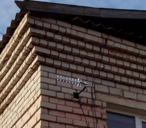 Внешняя направленная антенна установлена на стеновом кронштейне
